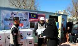 طلاب ماليزيون يقدمون مساعدات لأسر سورية في تركيا